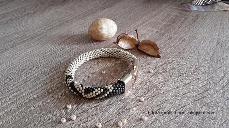 String bracelet bead crochet-cream-and-gray-green