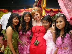ប្រភពរូបភាព:http://khmer111.blogspot.com/2011/08/dancing-at-cambodian-wedding-in-khmer.html