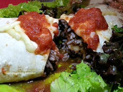 Boteco Mexicano: Burrito Chili com Carne - Detalhe do recheio