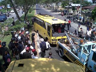 2-Bus-Ugal-Ugalan-Kecelakaan