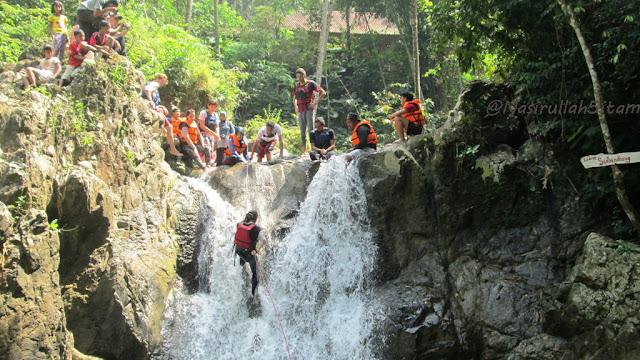 Berkanyoning (menuruni tebing) dengan hempasan air dari atas