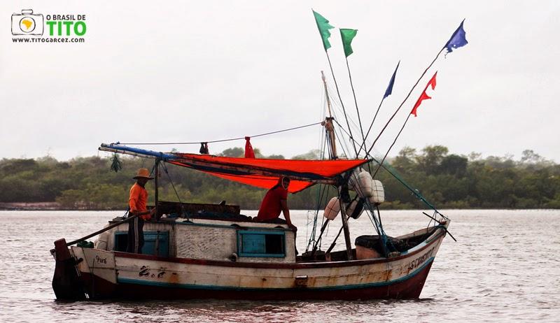 Barco de pesca na baía de Marapanim, entre Marudá e Algodoal,  no Pará