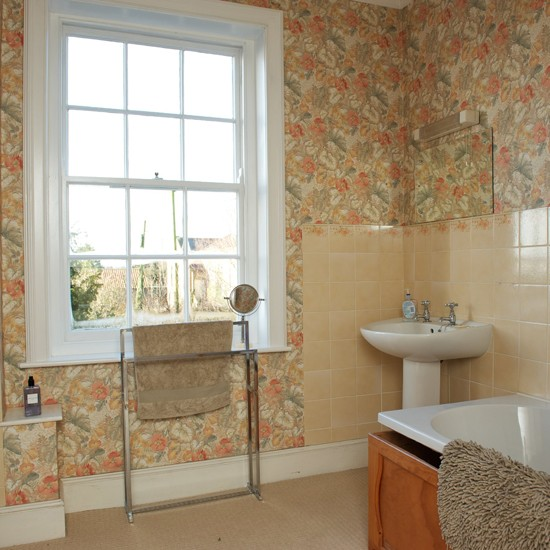 Otthon vidéken: Egyszerű, fehér fürdőszoba pinkkel megbolondítva ...