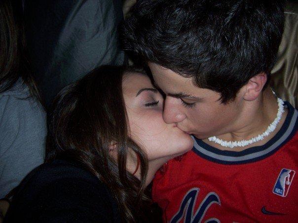 ¡Pillad@, explícate! - Página 2 Lucy-hale-y-david-henrie-besandose