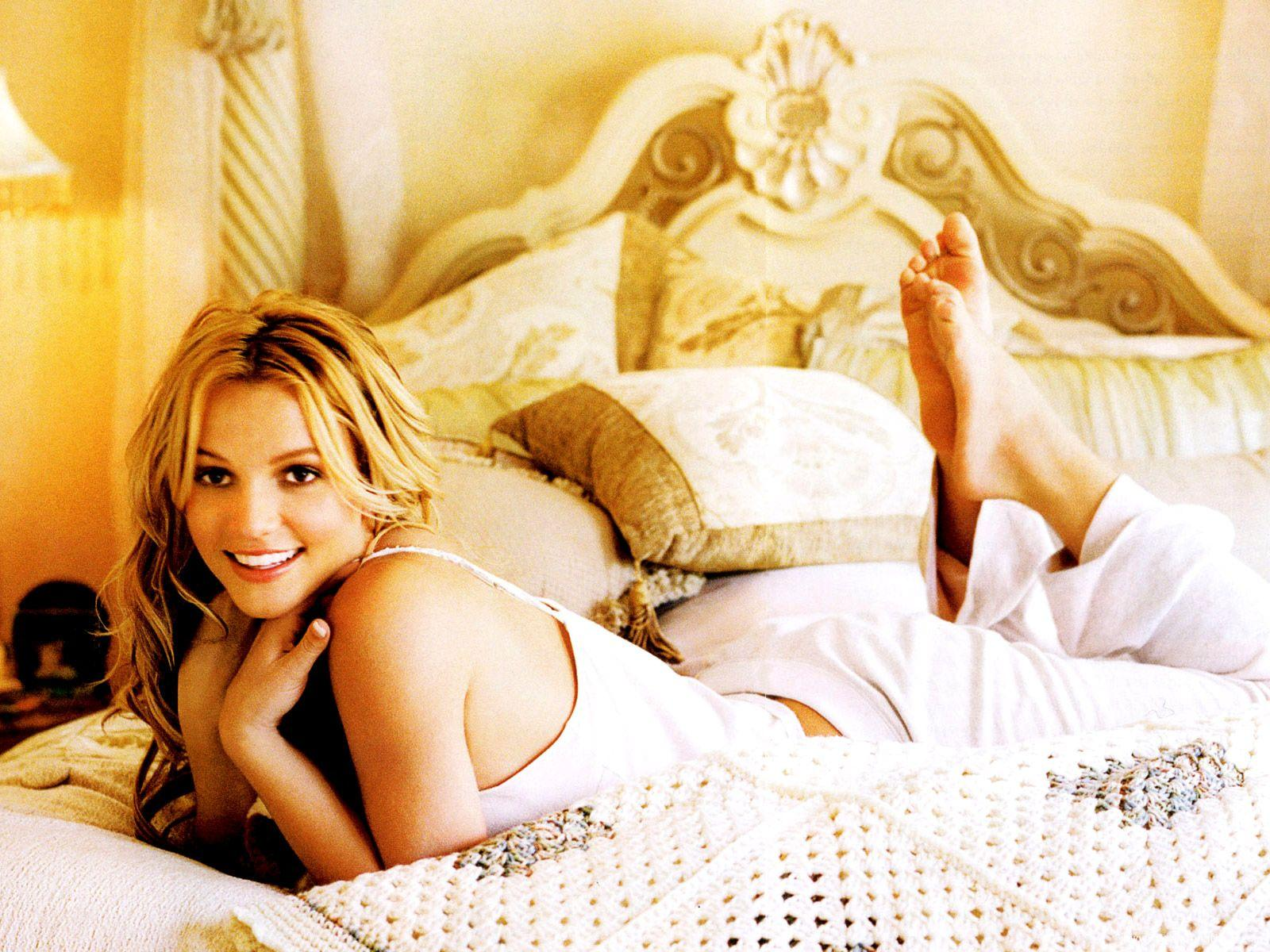 http://2.bp.blogspot.com/-Dho9-i1E9Rs/TxJUzYhdzkI/AAAAAAAAISA/6gJMDZ5ZVK8/s1600/britney_spears_hollywood_singer_wallpaper-01.jpg