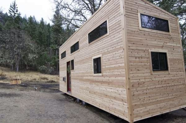 Casal constrói em 4 meses uma casa sobre rodas (video)