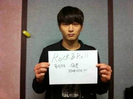 artis korea megang kertas