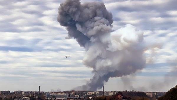 В Донецке произошел мощнейший взрыв на одной из баз боевиков, обстрелы города и атаки на аэропорт продолжились.