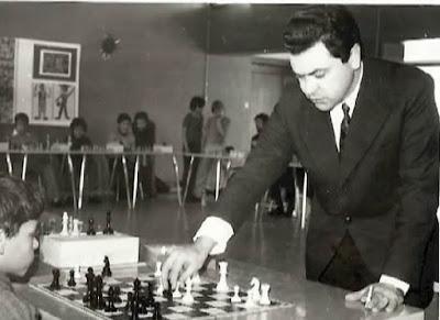 Joaquim Durão dando unas simultáneas de ajedrez