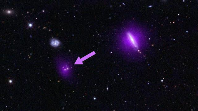 ภาพสีแสงของกาแล็กซี่ที่นี่จะเห็นซ้อนทับกับข้อมูล X-ray (สีม่วง) จากกล้องโทรทรรศน์ของนาซานิวเคลียร์สเปกโทรสโก (NuSTAR
