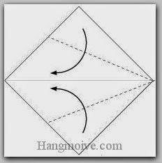 Bước 2: Gấp chéo hai cạnh giấy vào trong.