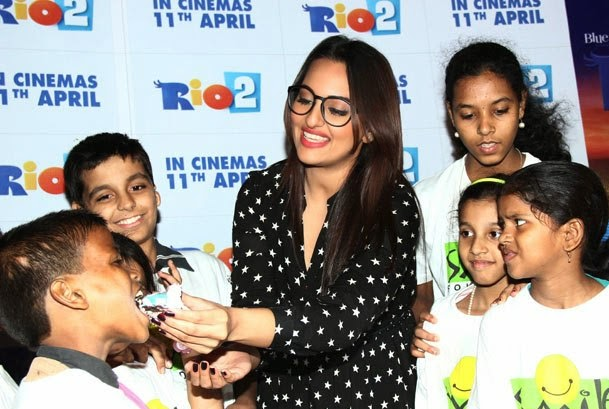 http://2.bp.blogspot.com/-Dk--hRLzi0Y/U0OJbwe4M0I/AAAAAAAAnxM/UO8_jvHBXWc/s1600/Sonakshi+Sinha+in+shorts+at+Rio+2+screening+Hot+Images+(8).jpg