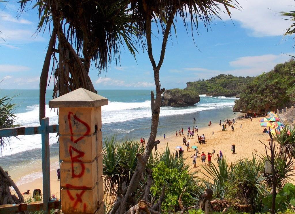 Pemandangan Pantai Kukup dari atas Bukit