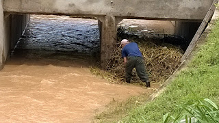 INEA abandonou localidade .Funcionário de Condomínio limpa Rio Principe em Teresópolis