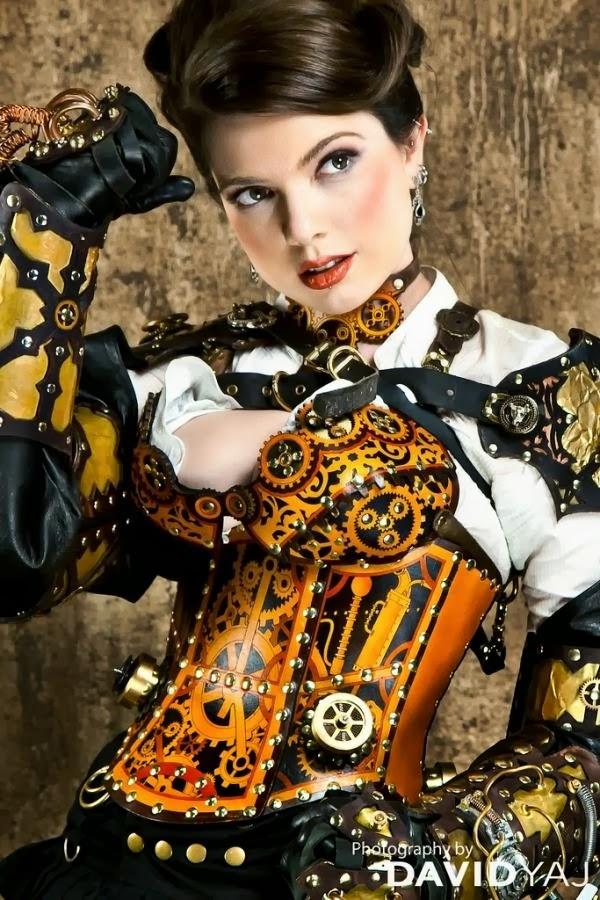 Magnifique cosplay steampunk avec corset en cuir travaillé sublimant la poitrine du modèle