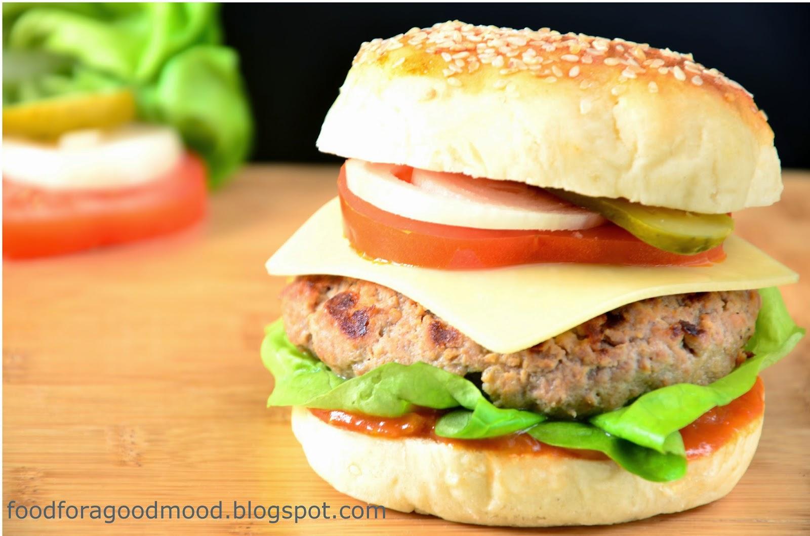 Prawdziwy hamburger to prostota i bogactwo smaków w jednym. Do tego rodzajów kanapek nie sposób policzyć. Co kto lubi. Podejmując wyzwanie, przedstawiam Wam mój ulubiony przepis. Bliżej mu do tradycji, niż do eksperymentu, ale jak wiadomo klasyka nigdy nie wychodzi z mody.