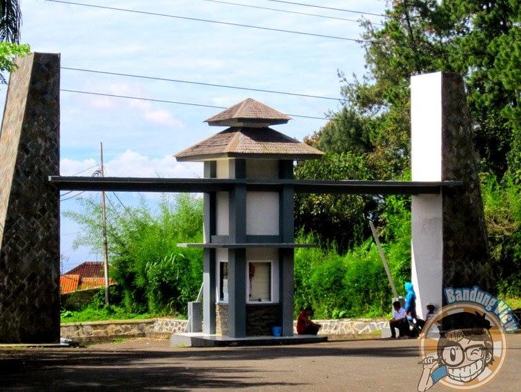 Gerbang masuk Taman Hutan Raya Juanda
