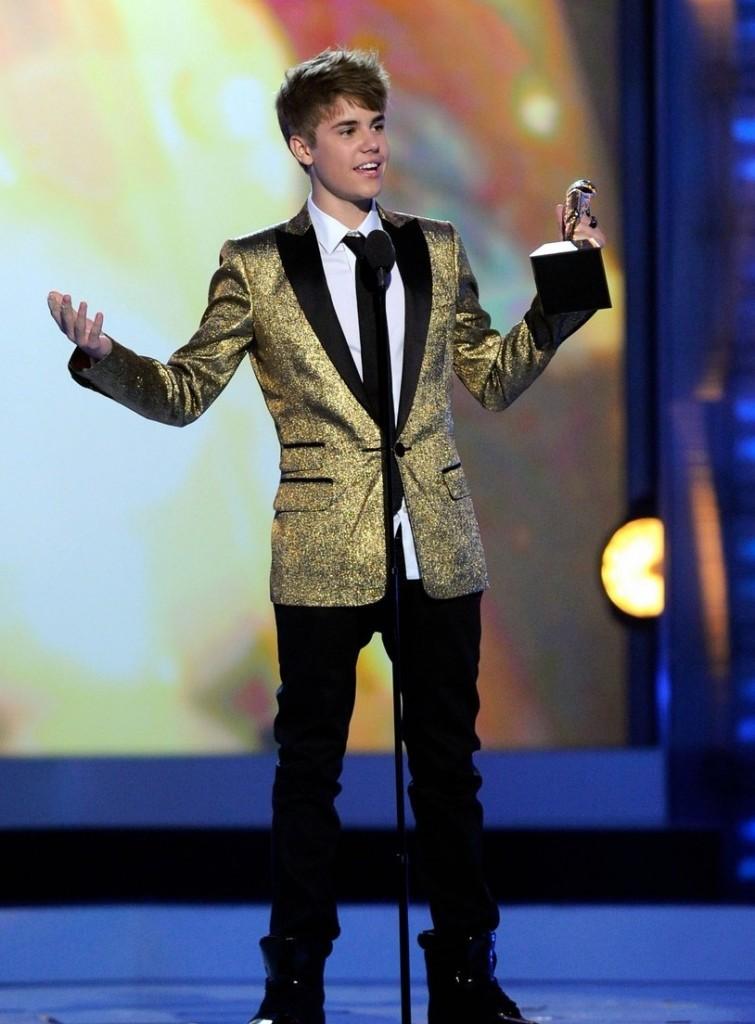 justin bieber and selena gomez 2011 billboard awards. Selena Gomez last night as
