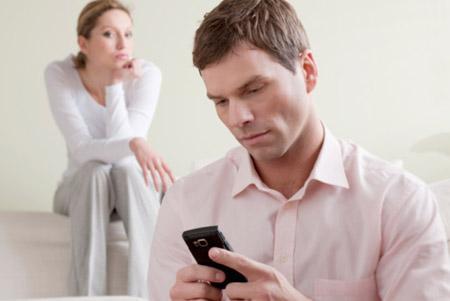كيف تعرفين السر الذى يخبئه زوجك عنك - رجل خائن يخون المرأة - man cheating on woman