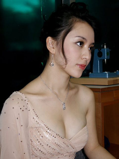 duong truong thien ly sexy boob cleavage 02