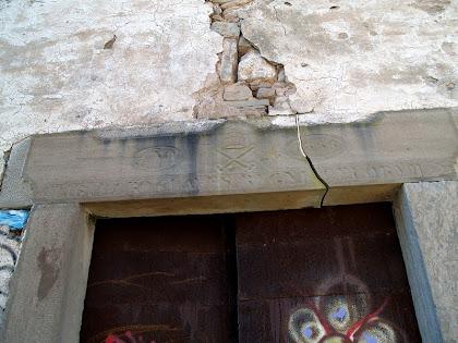 Llinda amb inscripció sobre la porta d'entrada de Sant Pere d'Oriols