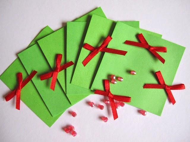 tarjetas verdes y lazos rojos