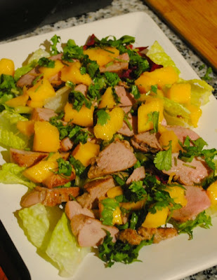 Теплый салат с утиными грудками и манго