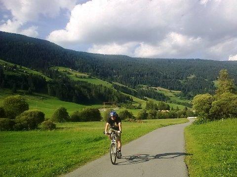 Altro tratto della ciclabile San Candido - Lienz tra le verdi vallate della Val Pusteria