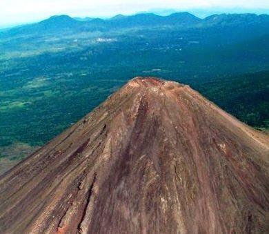 Volcán Izalco, el faro de América Central, en El Salvador