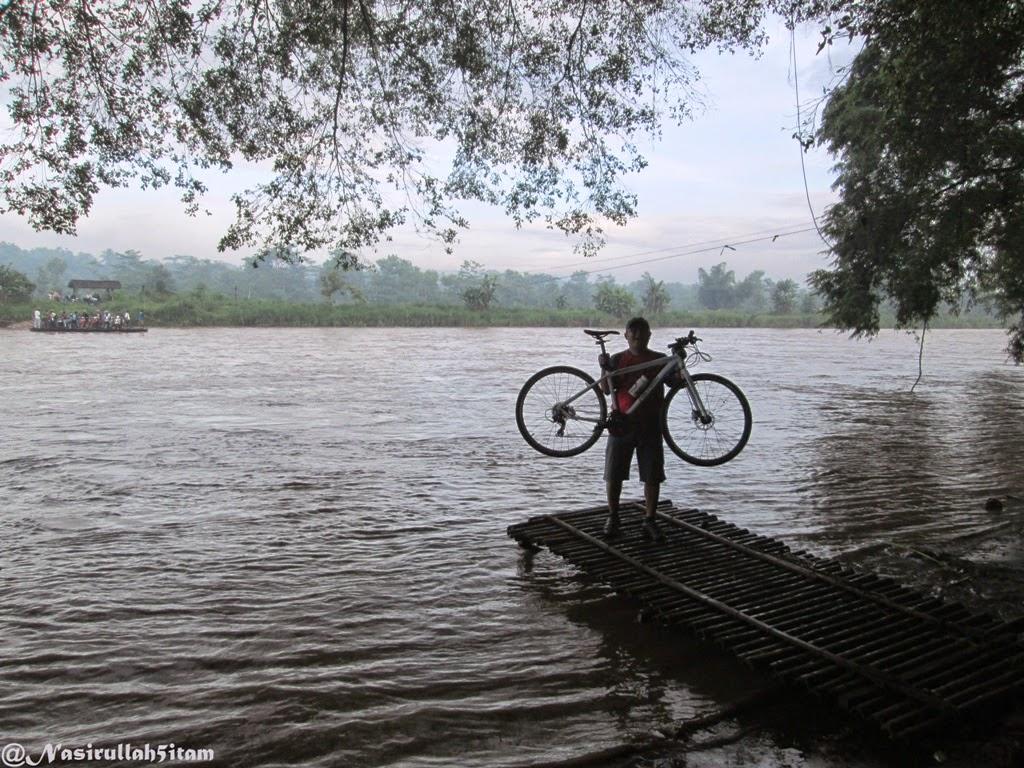 Seperti biasa, mengangkat sepeda