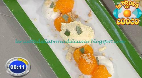 Albicocche al rosmarino con crumble al pepe nero e gelato alla crema ricetta Facchini da Prova del Cuoco