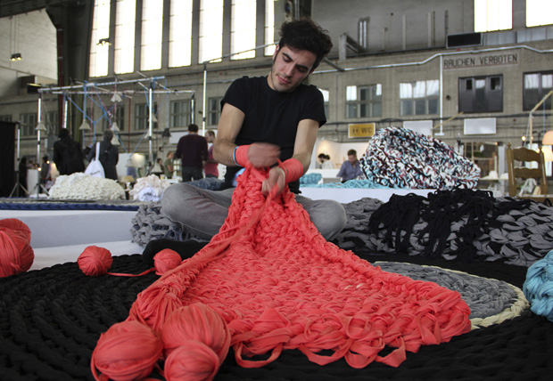 Andrea brena,tejer,manos,tejer con las manos,knitted,army,arm-knitting,tela,fabric,textil,design,diseño,berlin,italia,italy,eindhoven academy,furnishings,mobiliario