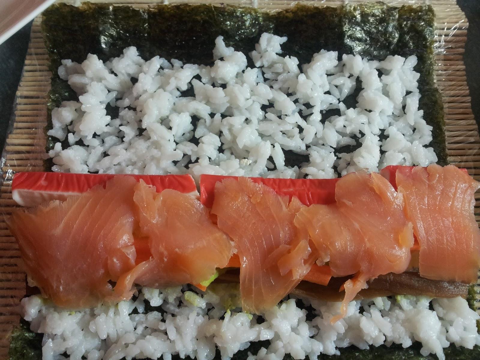 robienie sushi plastry łososia