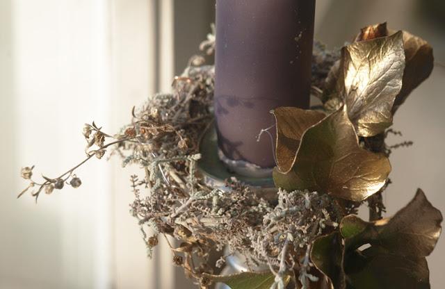 Lyskrans med gråt løv og forgyldte blade