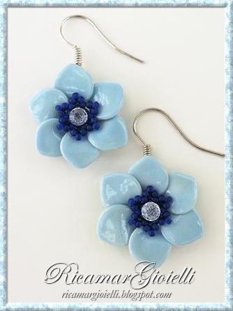 Orecchini a fiore realizzati con smalto per unghie e decorati con perline e strass