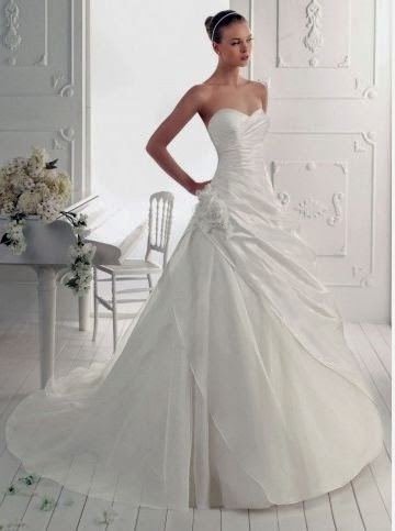 Vestido de Novia Strapless, con Plieges Diagonales y Flores
