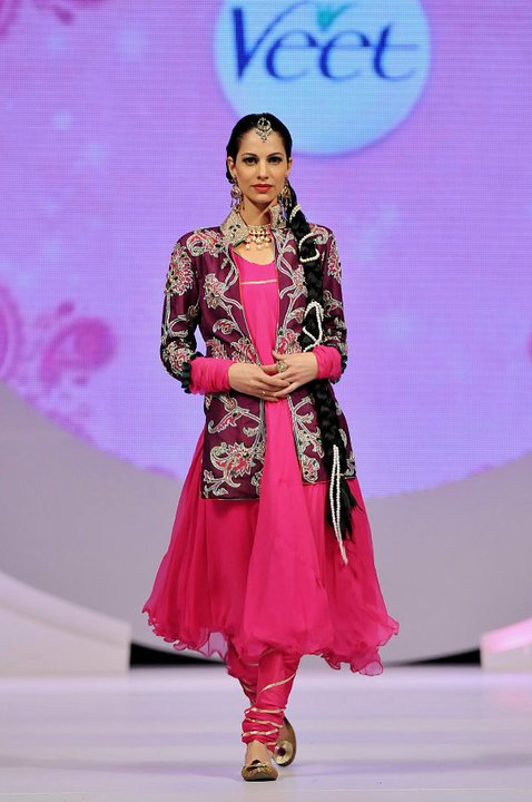 New Frock Designs in Pakistan http://shoaibnzm.blogspot.com/2011/07/pakistan-frock-new-designs-latest.html