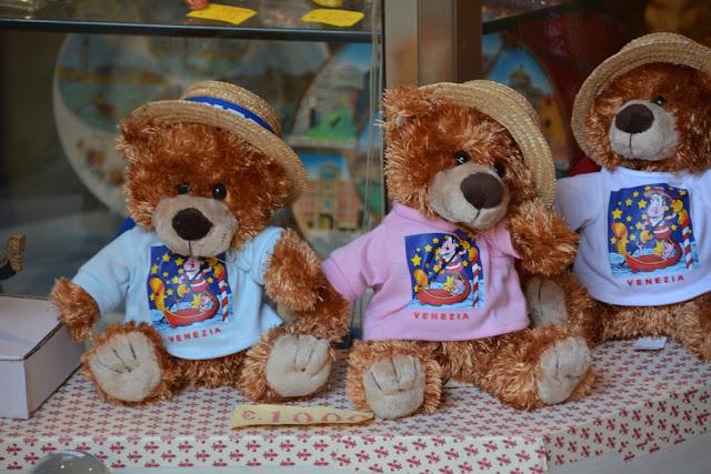 Shopping in Venice Bear