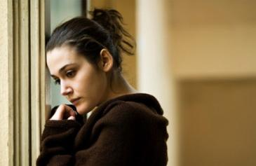 نصائح للتحكم والسيطرة على القلق والتوتر   - امرأة خائفة قلقة متوترة