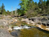 La Riera de Merola, en el seu tram final, forma petits salts entre les roques erosionades
