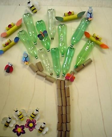 árvore feita com reciclagem de garrafa pet