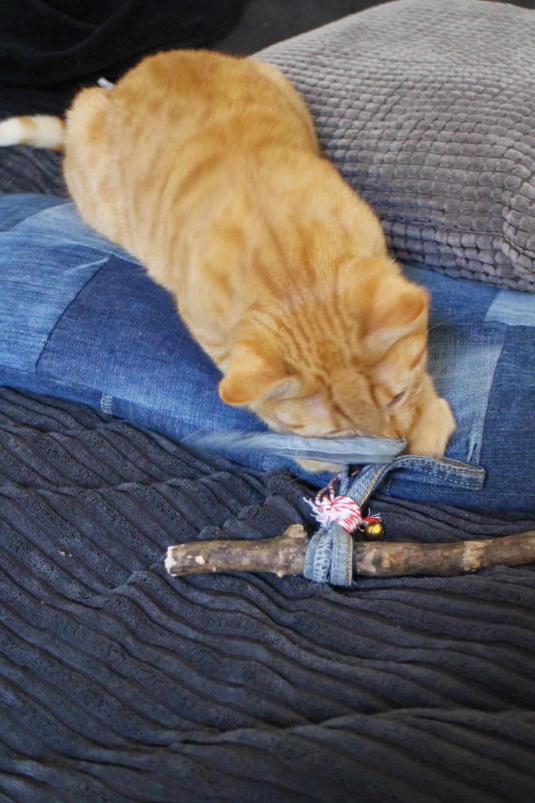 Katzenspielzeug aus Jeanssäumen Patchworkkissen
