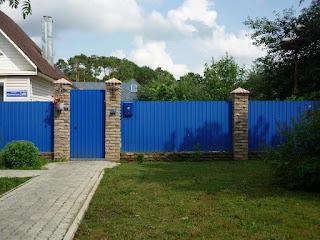 Забор из профлиста с кирпичными столбами. Фото 8