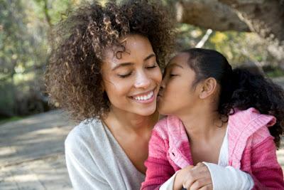 Mãe é assim: bate, briga e xinga mas sempre diz eu te amo!  Obrigado por cuidar de mim mamãe.  Te amo!  Parabéns pelo seu dia!