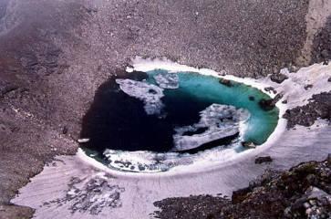 Danau tengkorak di Gunung Himalaya