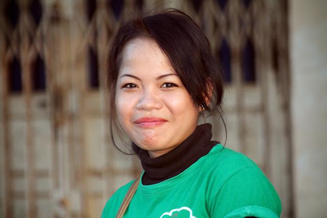 Cliché d'une jeune femme, surprise mais souriante, faisant son marché à Prey Speu, à environ onze kilomètres de la capitale Phnom Penh.