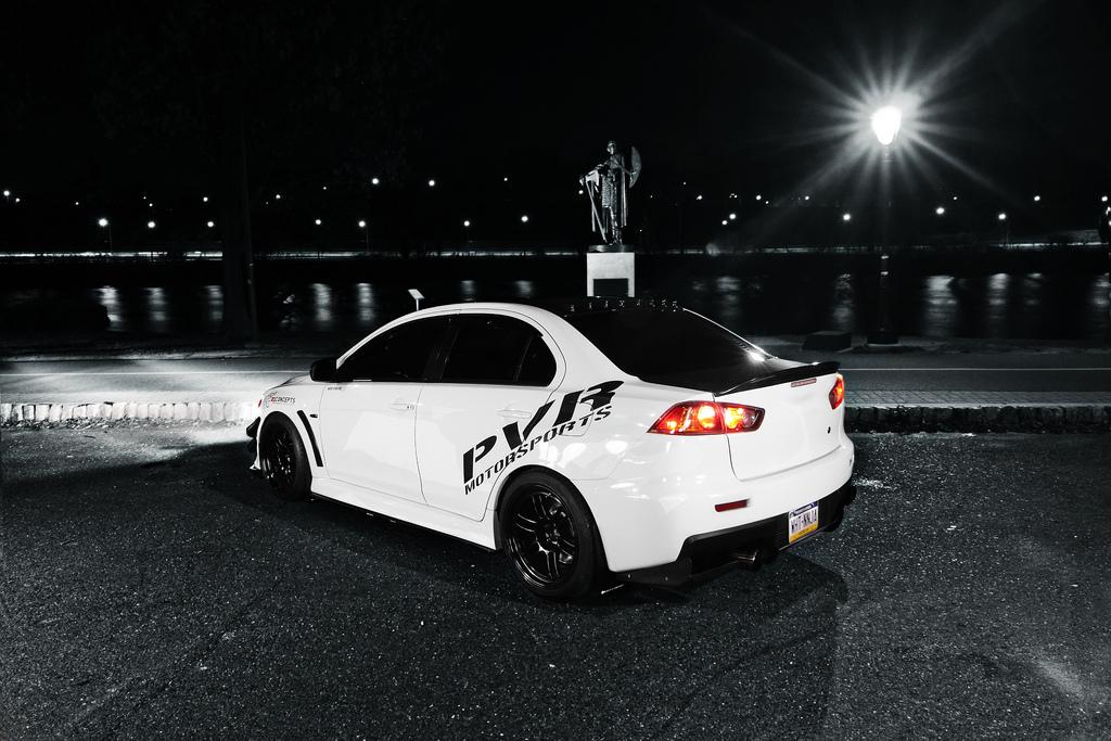 Mitsubishi Lancer Evolution X, sportowy sedan, japoński, napęd na cztery koła, biały, tuning, noc, zmrok, fotki