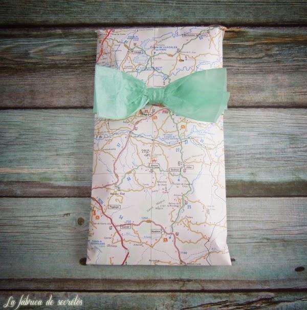 Envoltorio de regalo con papel de mapa