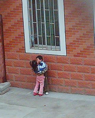 peluk budak perempuan cina