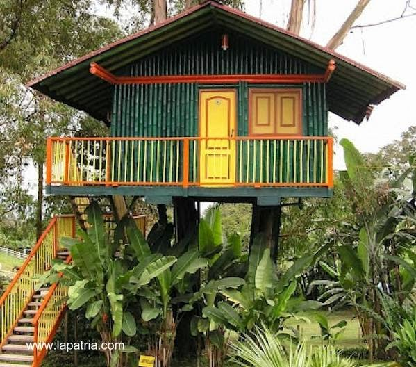 Casa elevada construida con caña guadua